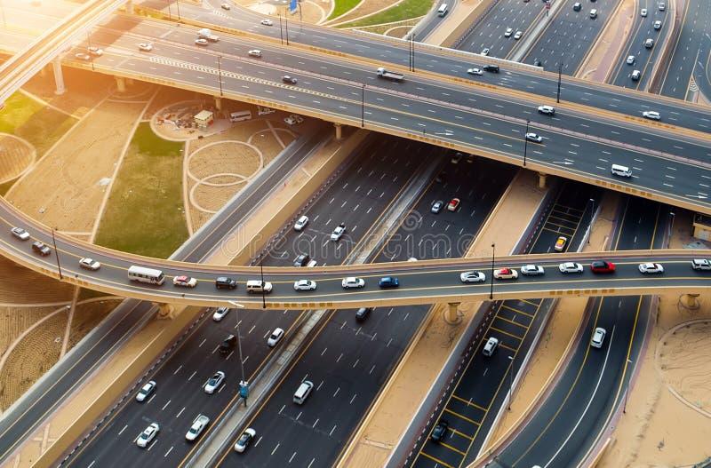 Paisaje urbano de la salida del sol del tráfico por carretera de la visión aérea imagen de archivo