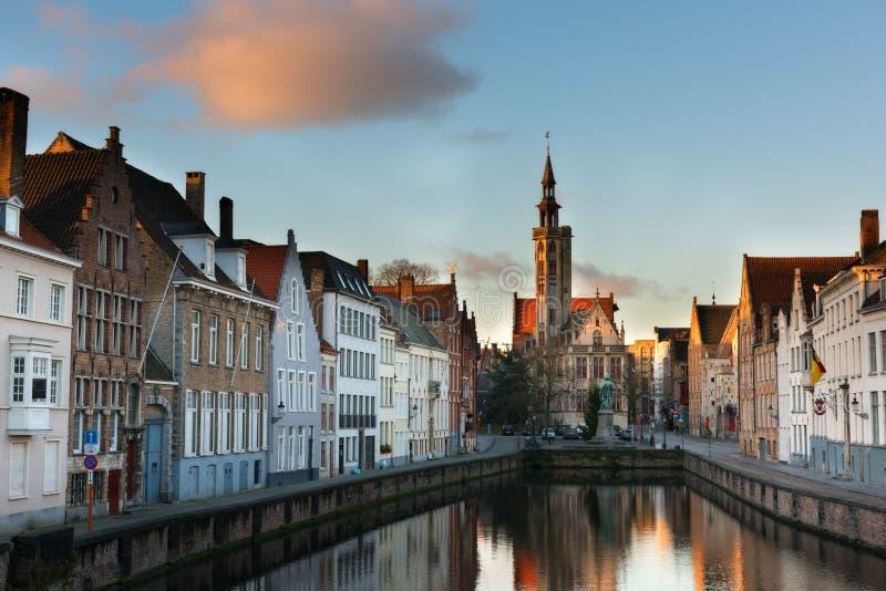 Paisaje urbano de la tarde de Brujas Edificios viejos en el canal de agua en Brujas fotografía de archivo libre de regalías