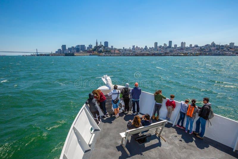 Paisaje urbano de la travesía del barco de Alcatraz foto de archivo libre de regalías