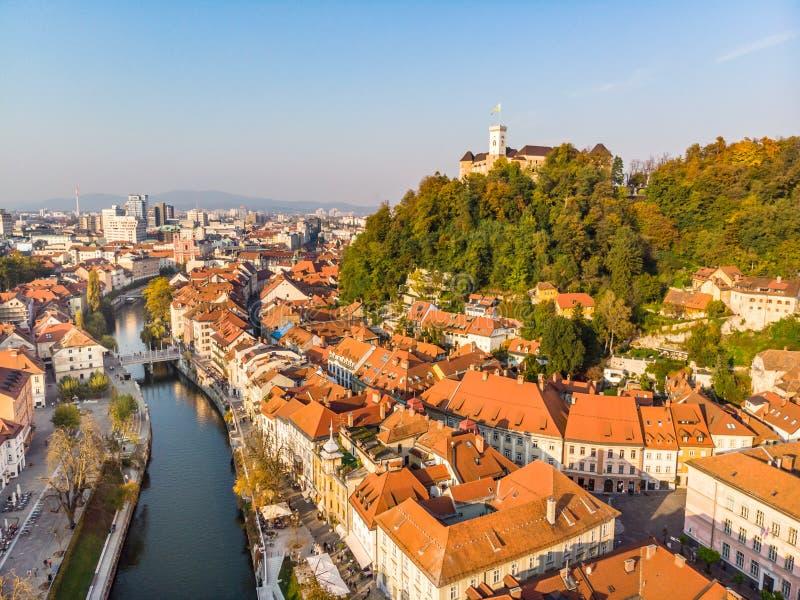 Paisaje urbano de Ljubljana, capital de Eslovenia en sol caliente de la tarde foto de archivo