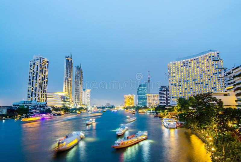 Paisaje urbano de los rastros de la luz del barco en escena de la noche de Chao Phraya River en Bangkok, Tailandia foto de archivo