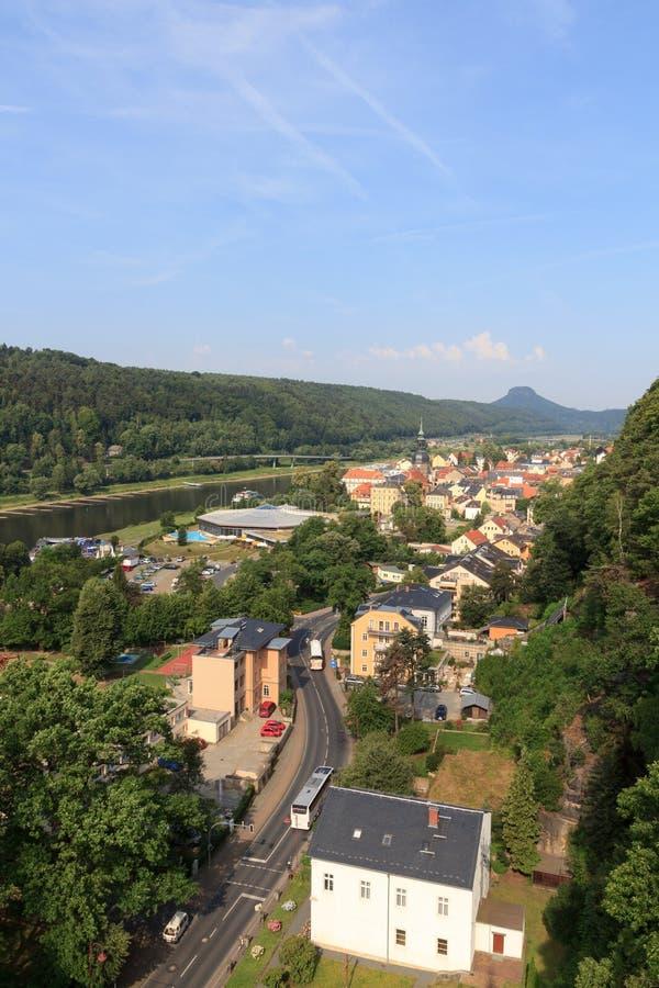 Paisaje urbano de mún Schandau con el río Elba y la montaña Lilienstein en Suiza sajona fotos de archivo