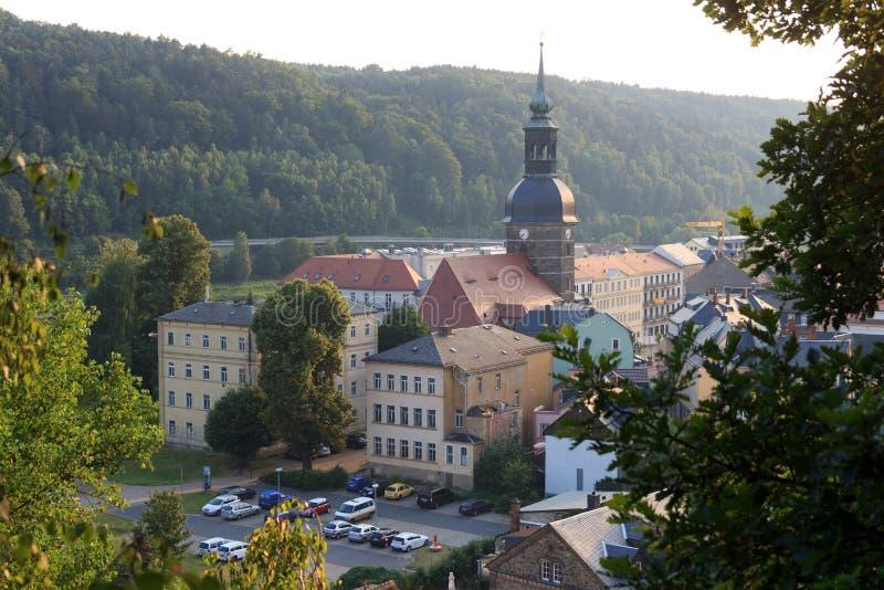 Paisaje urbano de mún Schandau con la iglesia de St John en Suiza sajona fotos de archivo