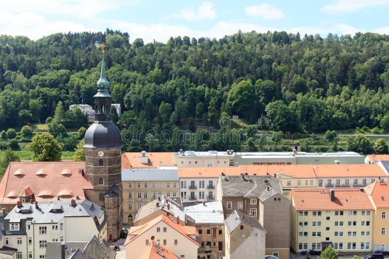 Paisaje urbano de mún Schandau con la iglesia en Suiza sajona foto de archivo