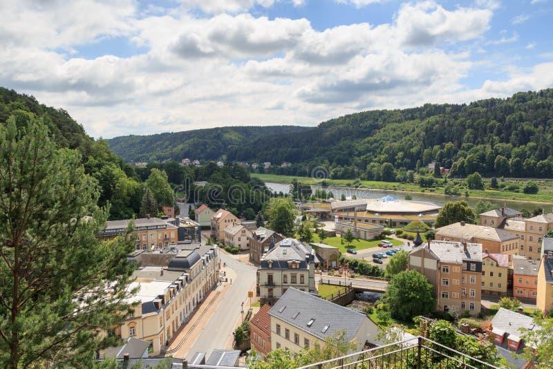 Paisaje urbano de mún Schandau con los baños termales de Toskana en Suiza sajona imagenes de archivo