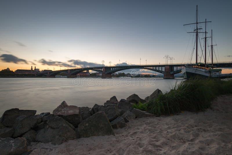 Paisaje urbano de Maguncia con el Theodor-Heuss-puente imagenes de archivo