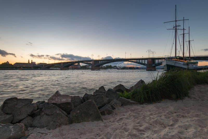 Paisaje urbano de Maguncia con el Theodor-Heuss-puente fotografía de archivo libre de regalías