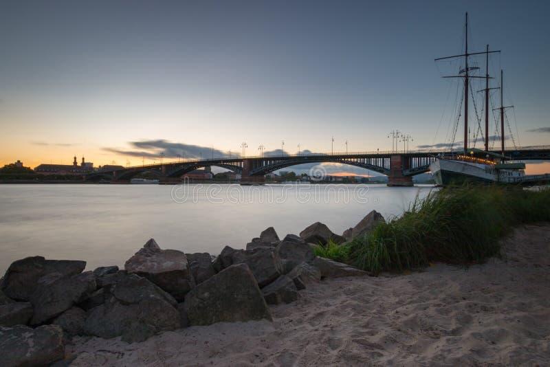 Paisaje urbano de Maguncia con el Theodor-Heuss-puente fotografía de archivo