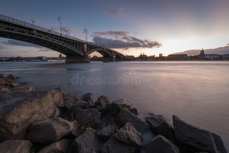 Paisaje urbano de Maguncia con el Theodor-Heuss-puente imagen de archivo