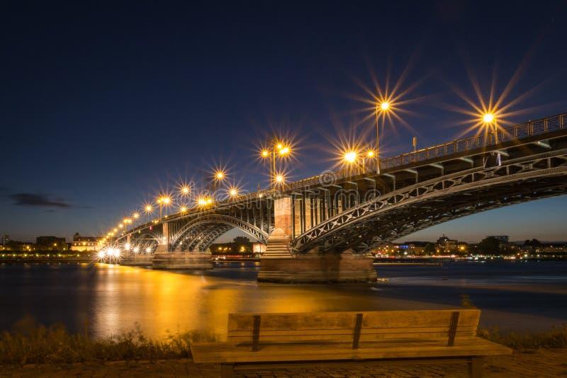 Paisaje urbano de Maguncia con el Theodor-Heuss-puente foto de archivo