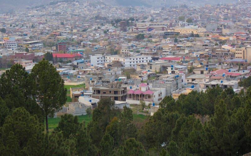 Paisaje urbano de Mansehra Paquistán con las colinas y las montañas foto de archivo libre de regalías