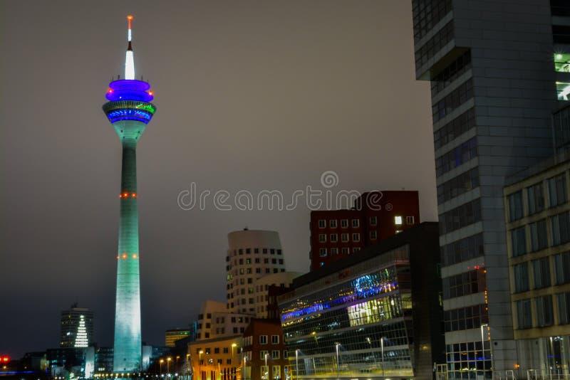 Paisaje urbano de Medienhafen del sseldorf del ¼ de la noche DÃ con la torre de Gehry Bauten TV imagenes de archivo