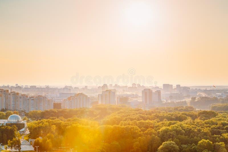 Paisaje urbano de Minsk, Bielorrusia Estación de verano, puesta del sol imagen de archivo libre de regalías