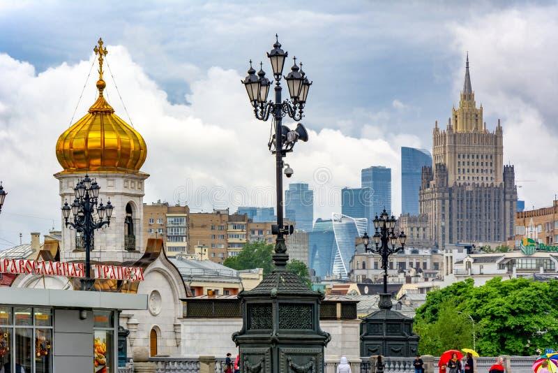 Paisaje urbano de Moscú con el Ministerio de Asuntos Exteriores y el centro de negocios internacional, Rusia foto de archivo
