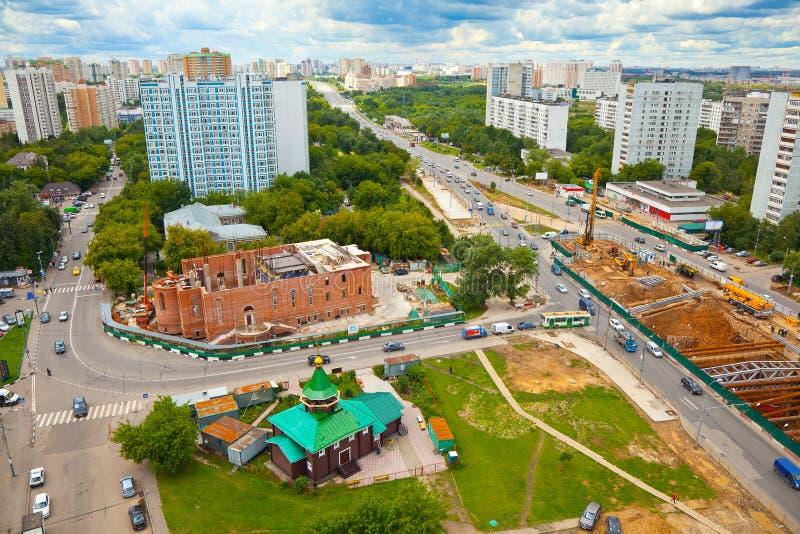 Paisaje urbano de Moscú construcción de un templo Perspectiva de Michurinsky imagenes de archivo