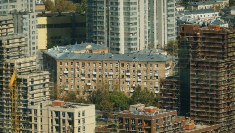 Paisaje urbano de Moscú, una mezcla de edificios con los edificios bajo construcción fotos de archivo libres de regalías