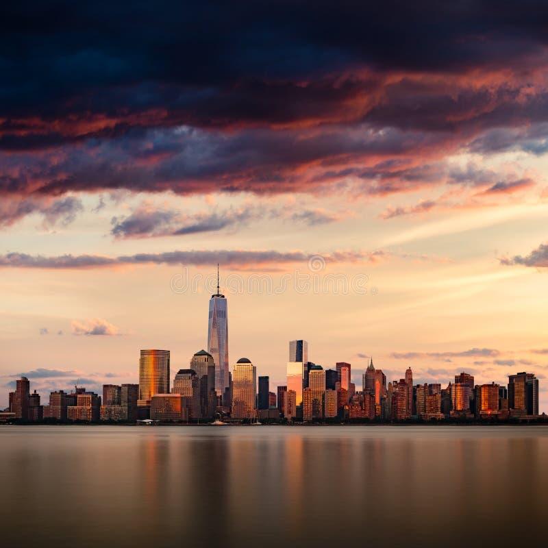 Paisaje urbano de New York City durante puesta del sol imagenes de archivo