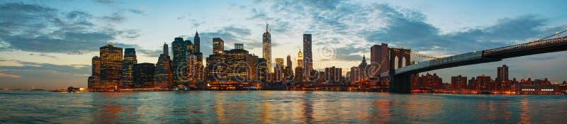 Paisaje urbano de New York City en la puesta del sol imagen de archivo