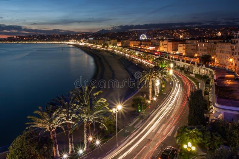 Paisaje urbano de Niza en la riviera francesa en la oscuridad, Francia imagen de archivo