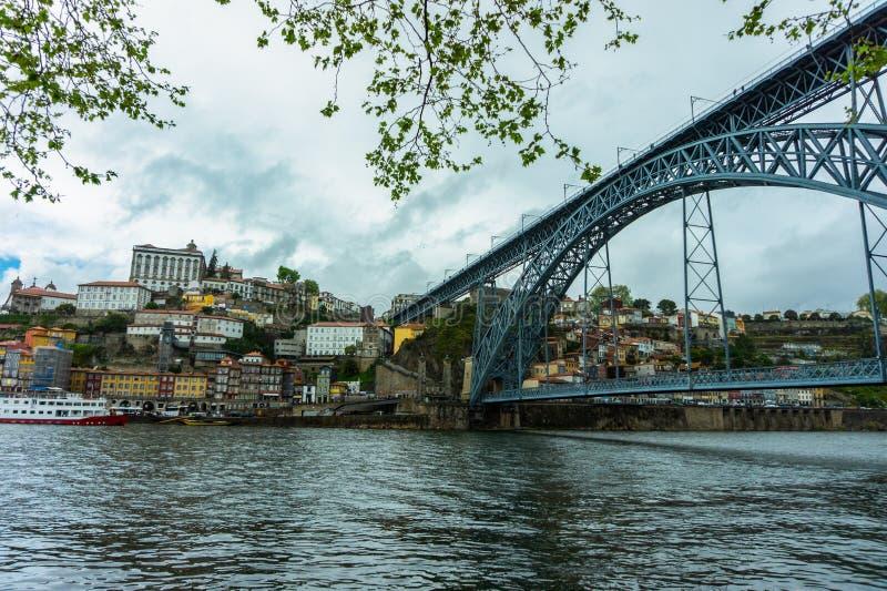 Paisaje urbano de Oporto en el río del Duero y el puente de Dom Luis I foto de archivo libre de regalías