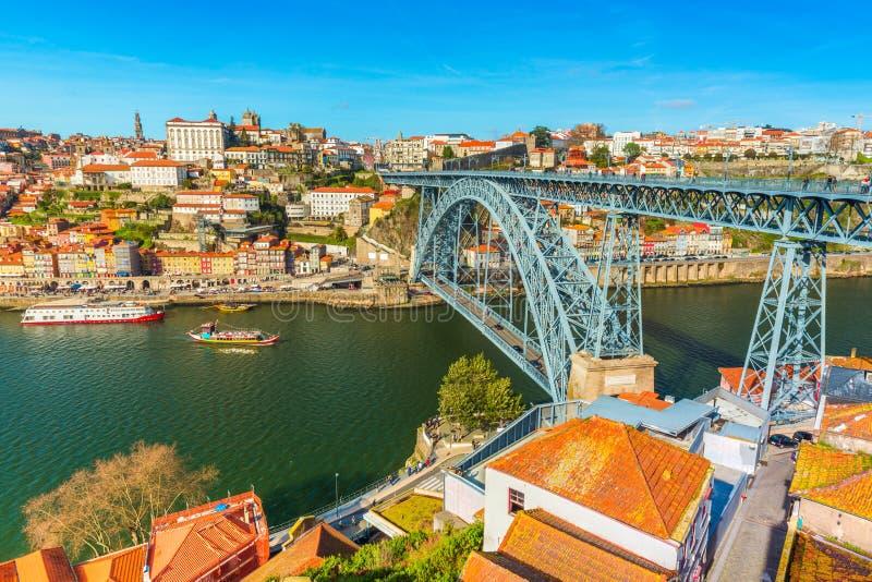 Paisaje urbano de Oporto Vista de los Dom LuÃs I de Ponte del puente de Dom Luis I y del río el Duero Visión desde Vila Nova de G foto de archivo