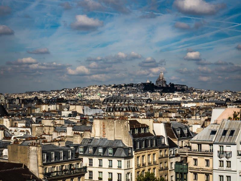 Paisaje urbano de París con la basílica de Sacre Coeur foto de archivo