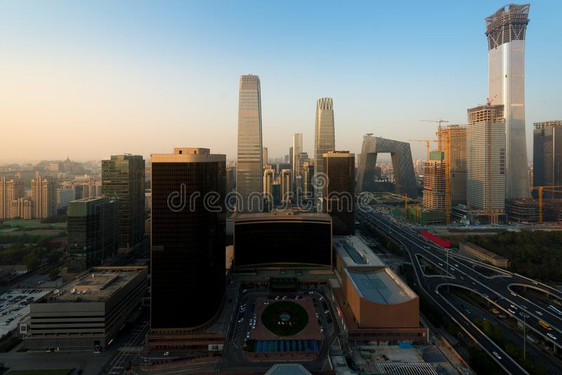 Paisaje urbano de Pekín en la oscuridad Paisaje del buildin del negocio de Pekín imagen de archivo