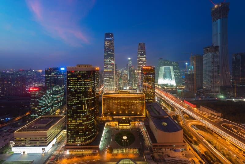 Paisaje urbano de Pekín en la oscuridad Paisaje del buildin del negocio de Pekín imagenes de archivo