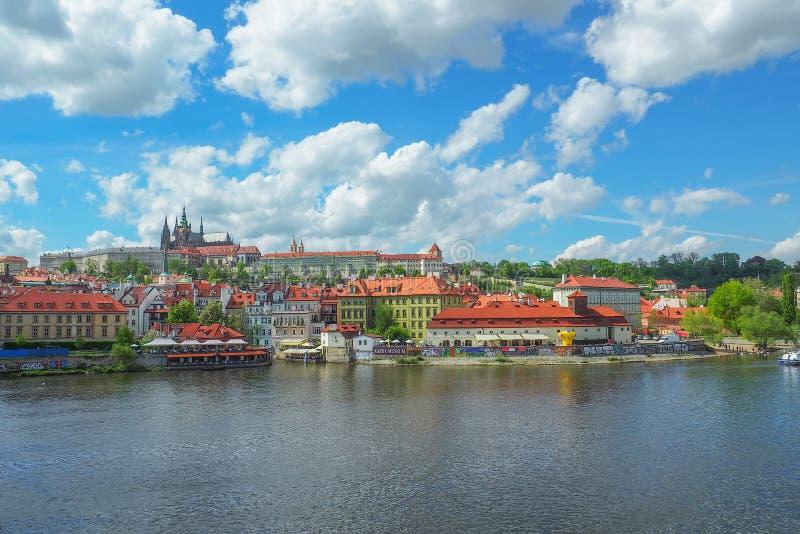 Paisaje urbano de Praga con vistas al castillo de Praga y a St Vitus Cathedral de Charles Bridge en un día soleado foto de archivo