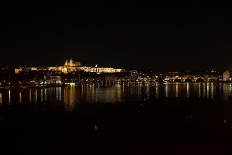 Paisaje urbano de Praga en la noche imagen de archivo libre de regalías