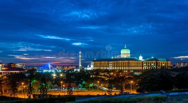 Paisaje urbano de Putrajaya en la puesta del sol imagen de archivo libre de regalías