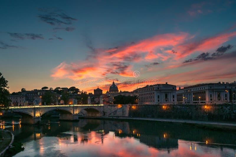 Paisaje urbano de Roma en la puesta del sol con la vista de St Peters Basilica en Vaticano imagen de archivo