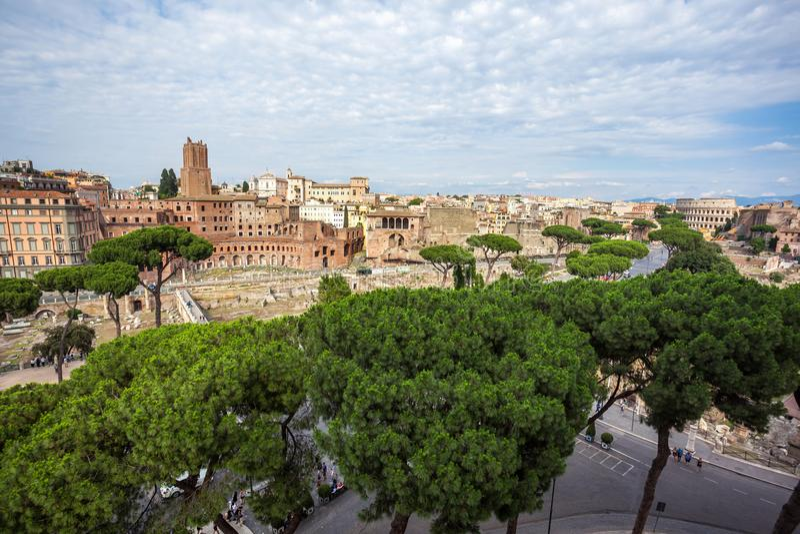 Paisaje urbano de Roma, vía imperiali del fori del dei y Colosseum imagen de archivo