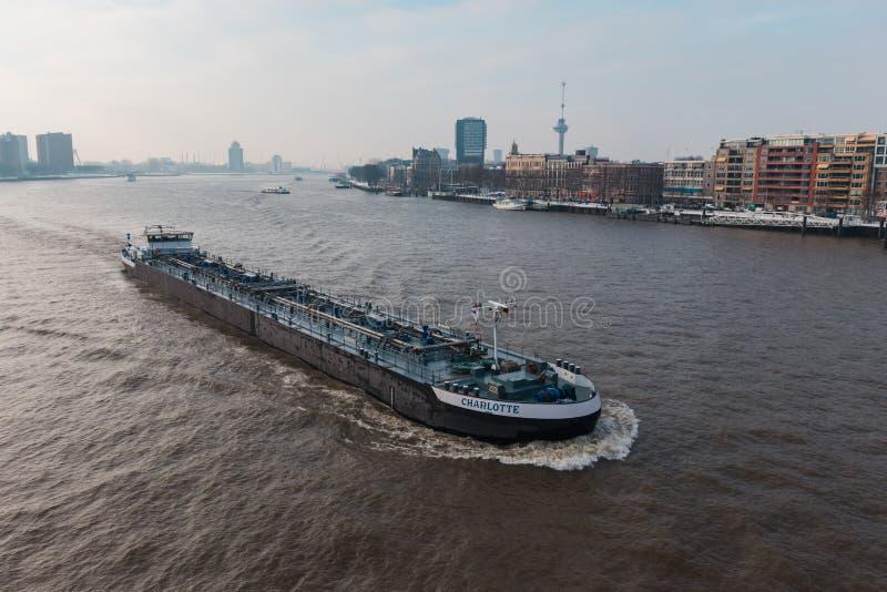 Paisaje urbano de Rotterdam con una nave que pasa en el Mosa imagen de archivo libre de regalías