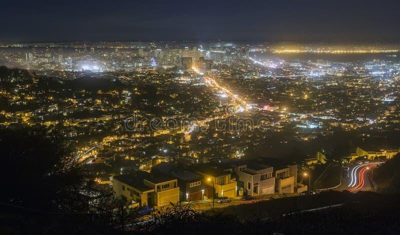 Paisaje urbano de San Francisco en la noche imagenes de archivo