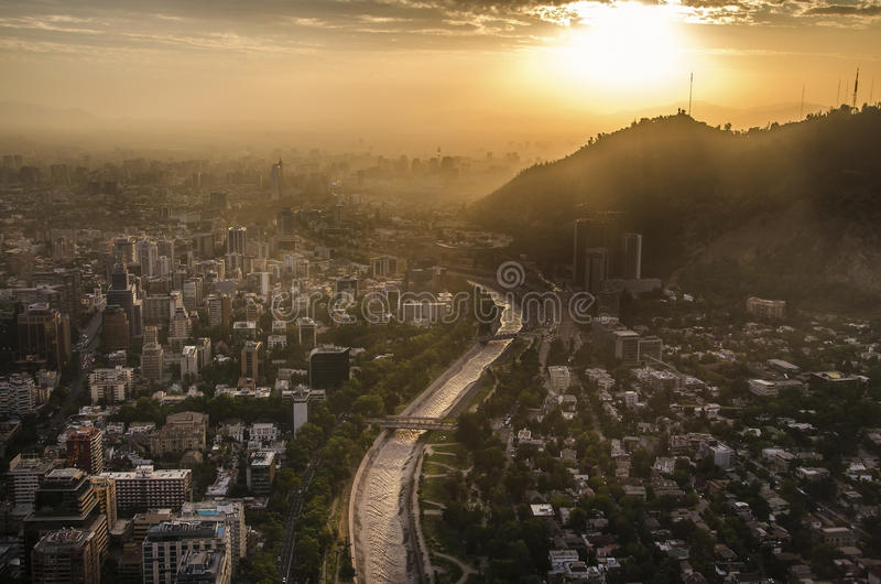 Paisaje urbano de Santiago de Chile en la puesta del sol foto de archivo libre de regalías