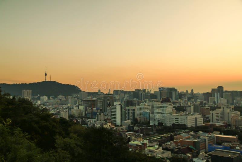 paisaje urbano de Seúl con puesta del sol hermosa, capital de la Corea del Sur fotos de archivo libres de regalías