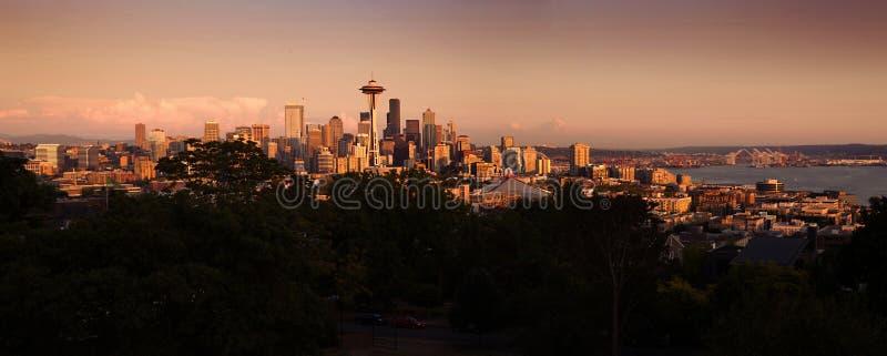 Paisaje urbano de Seattle durante puesta del sol colorida imágenes de archivo libres de regalías
