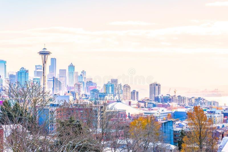 Paisaje urbano de Seattle en la luz en el invierno, lanzamiento del punto de vista de Kerry Park, Washington, los E.E.U.U. de la  fotos de archivo libres de regalías
