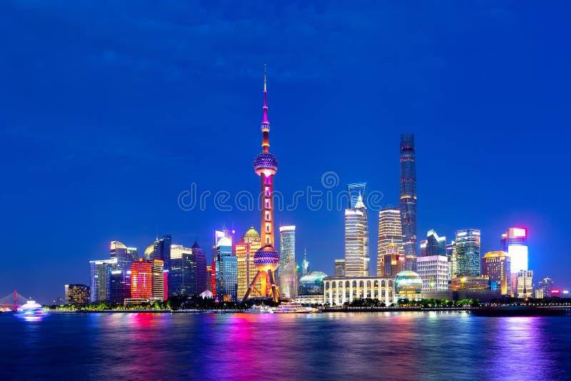 Paisaje urbano de Shangai en la puesta del sol crepuscular Vista panor?mica del horizonte del distrito financiero de Pudong de la fotografía de archivo