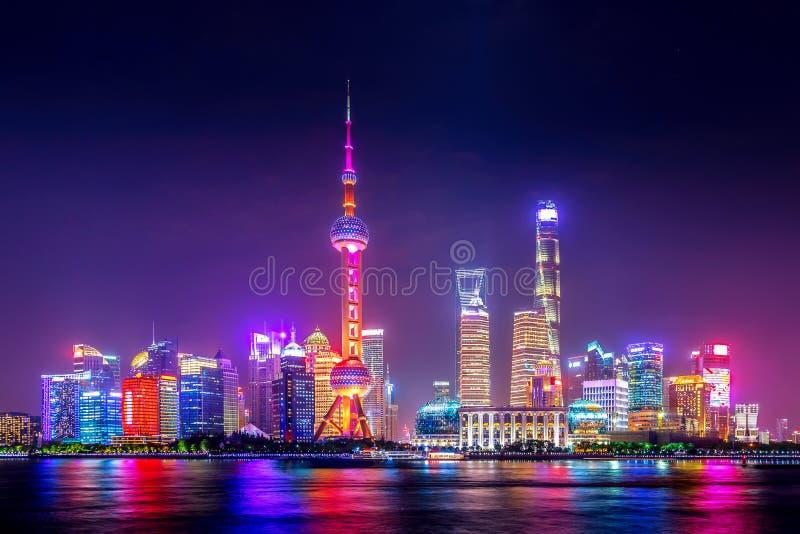 Paisaje urbano de Shangai en la puesta del sol crepuscular Vista panor?mica del horizonte del distrito financiero de Pudong de la fotografía de archivo libre de regalías