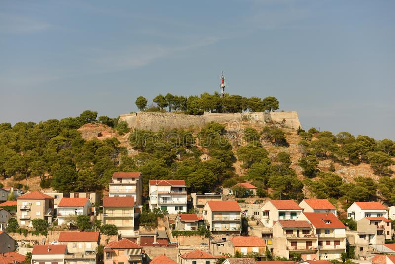 Paisaje urbano de Sibenik con la fortaleza del ` s de St John, Croacia fotos de archivo libres de regalías