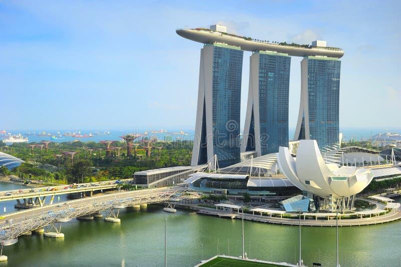 Paisaje urbano de Singapur con la construcción arquitectónica moderna del centro turístico y del loto de Marina Bay Sands imágenes de archivo libres de regalías