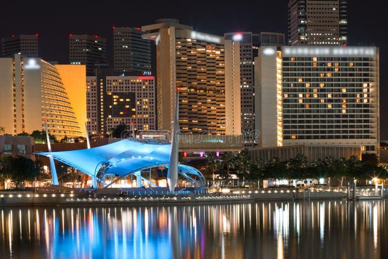 Paisaje urbano de Singapur en la bahía del puerto deportivo fotos de archivo