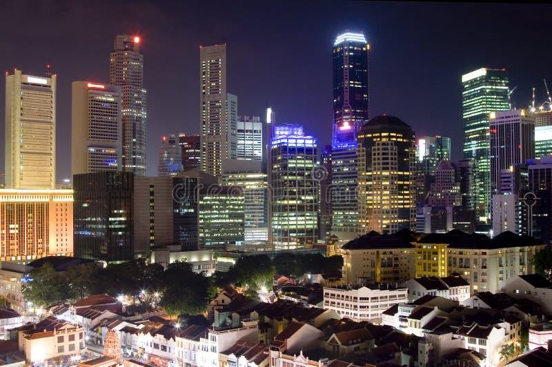 Paisaje urbano de Singapur en la noche imágenes de archivo libres de regalías