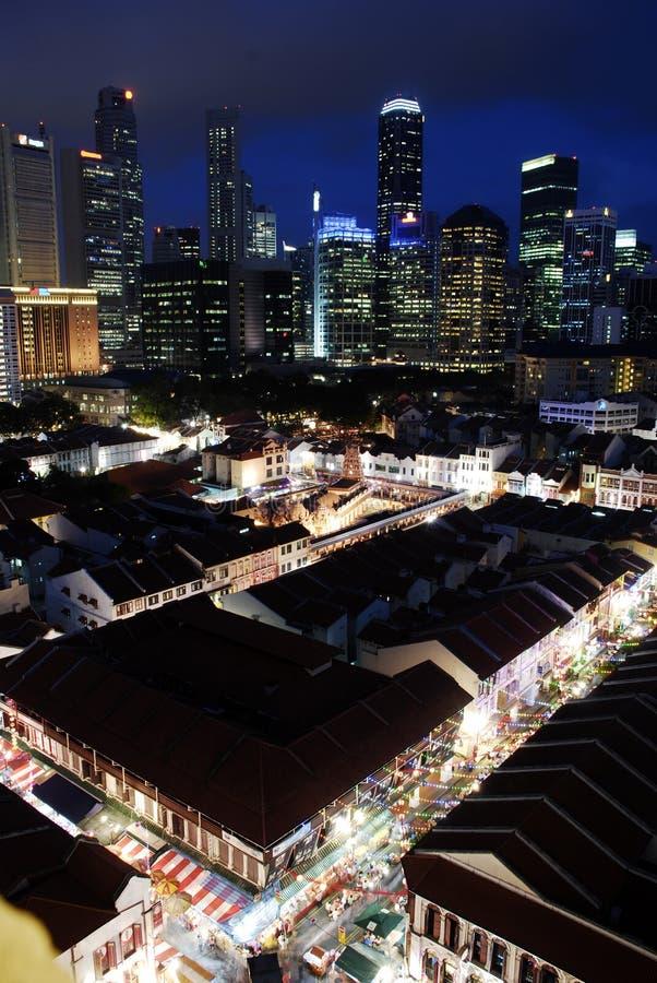 Paisaje urbano de Singapur en la oscuridad fotos de archivo