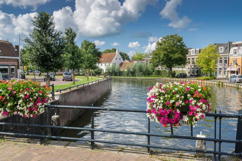 Paisaje urbano de Sneek en 2e Oosterkade en la provincia Frisia fotografía de archivo