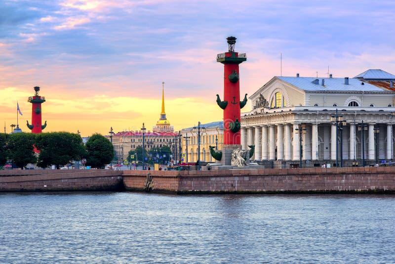 Paisaje urbano de St Petersburg, Rusia, en puesta del sol foto de archivo libre de regalías