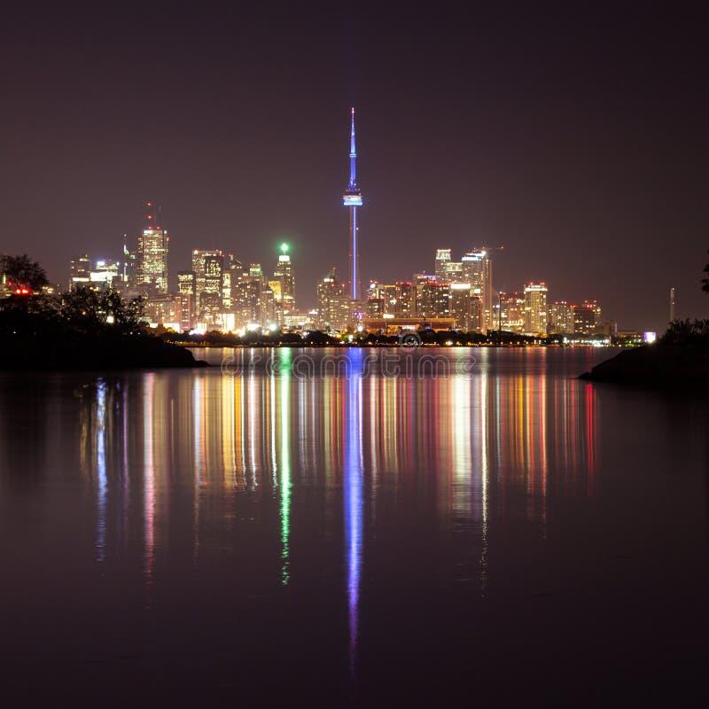 Paisaje urbano de Toronto en la noche imagenes de archivo