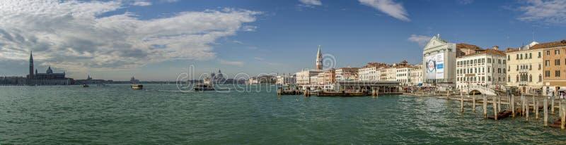 Paisaje urbano de Venecia con el campanario del campanil del ` s de St Mark, fotografía de archivo libre de regalías
